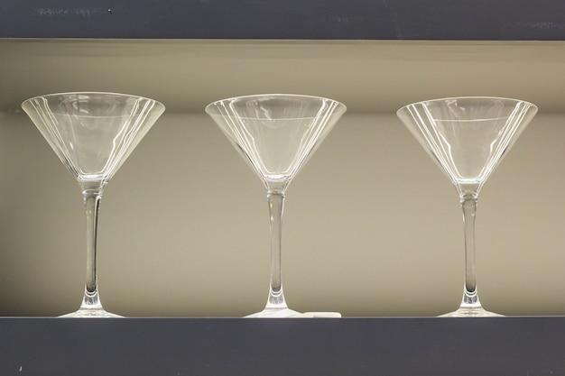 バーカウンターで空のワイングラスの行