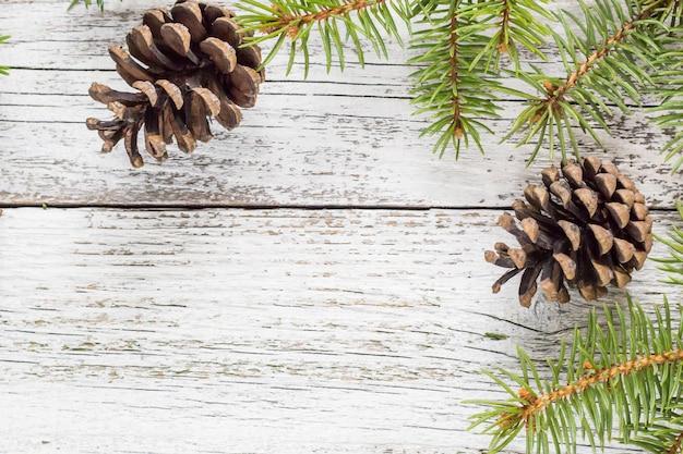 Рождественские еловые ветки с шишками