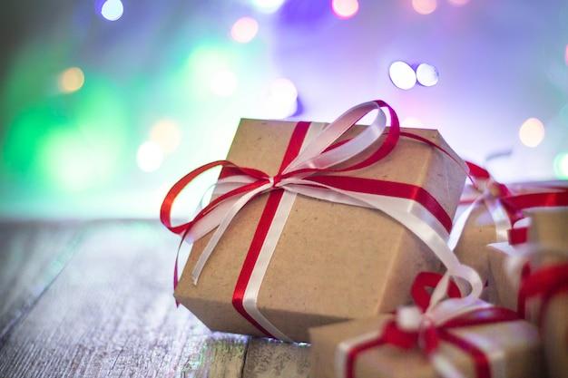 背景のボケ味のクリスマスギフトボックス。ホリデーグリーティングカード
