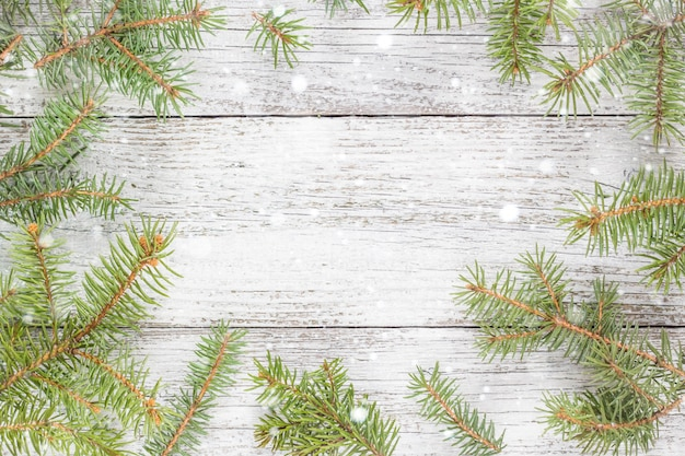 モミの木とクリスマス木製の背景。トップビューコピースペース