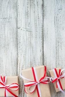 Подарки на любой праздник концепции. рамка подарочные коробки, вид сверху с копией пространства на фоне дерева стол