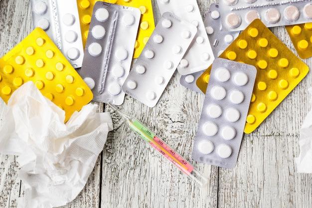 多くの薬、注射器、温度計、錠剤