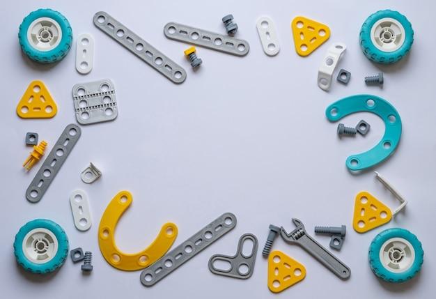 プラスチック製の構成部品で作られた白い背景の上のフレーム