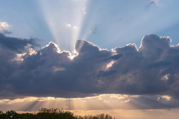 夕焼け雲の移動の背後に隠れて、雷雨。