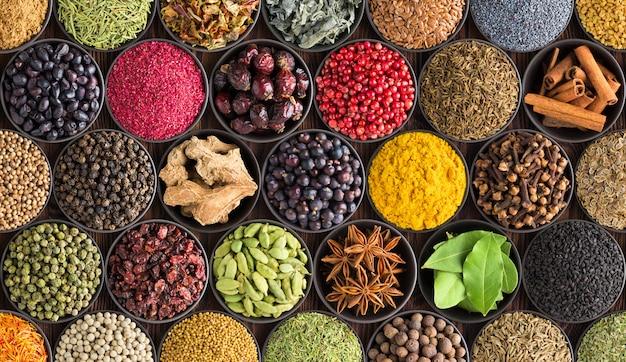カラフルなスパイスの背景、上面図。インド料理の調味料とハーブ
