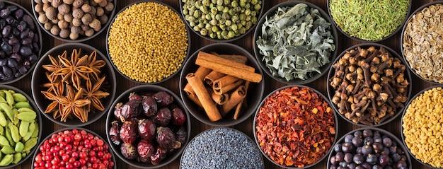 Цветные специи фон, вид сверху. коллекция индийских приправ в чашках