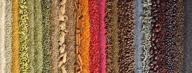 インドのスパイスとハーブの背景。カラフルな調味料、トップビュー。
