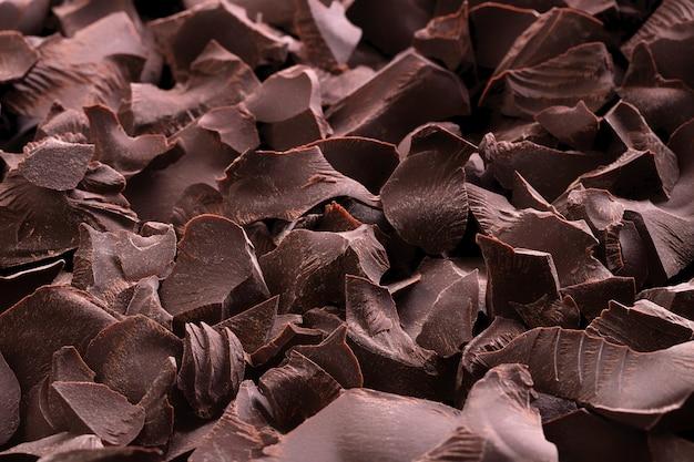 ダークチョコレートの背景の山。甘いデザートのクローズアップ。