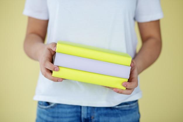 子供たちの手の中にたくさんの教科書。学校に戻る。