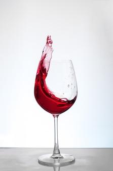 白い背景の上のボルドーワイン。