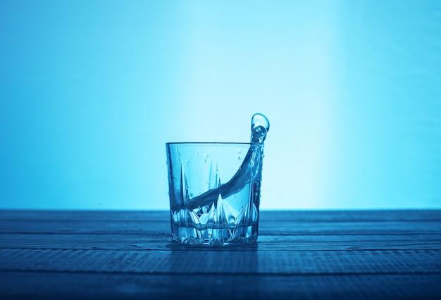 グラスの中の水をきれいにする。飲料と健康の概念