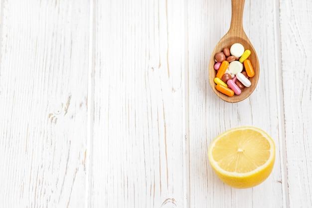 レモンとピルやビタミンがたくさん。