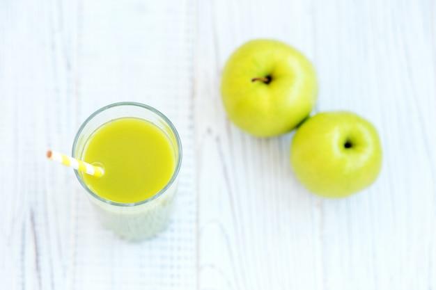Яблочный сок на белом столе. вид сверху. копировать пространство концепт