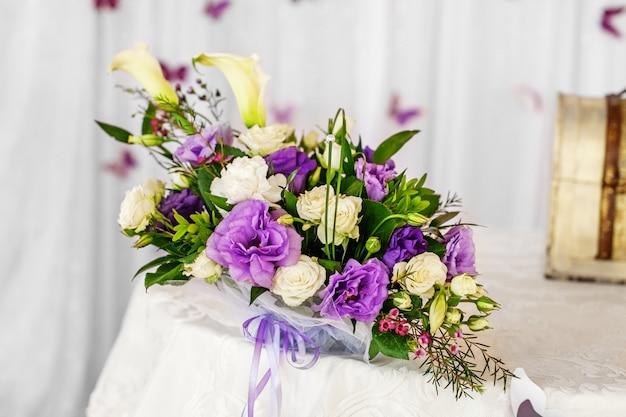テーブルの上の装飾的な花束。