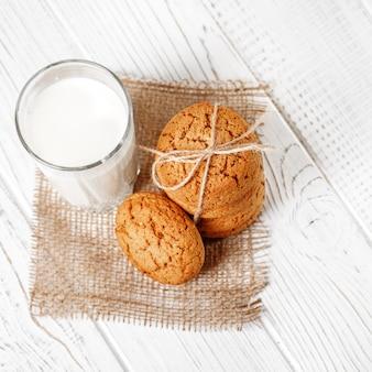 ミルクとおいしいオートミールクッキー
