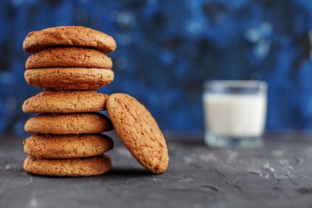 おいしい牛乳とオートミールクッキー。健康的な食事の概念