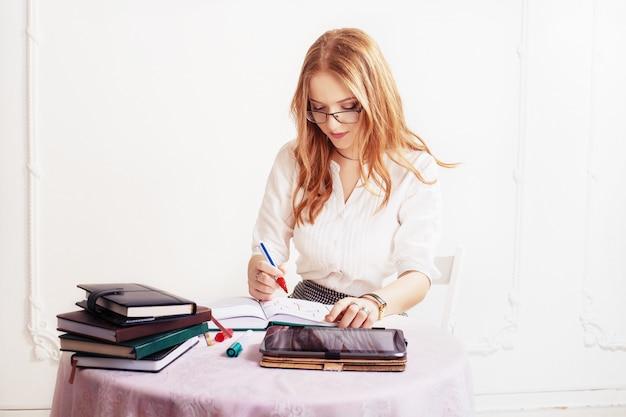 女性はメモ帳でメモを取ります。