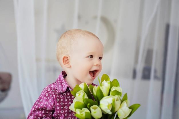 花の花束を持つ小さな子供。