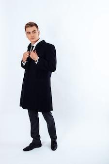 Молодой человек, одетый в деловой стиль. концепция моды.