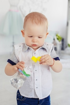 水のボトルを持つ小さな赤ちゃん。