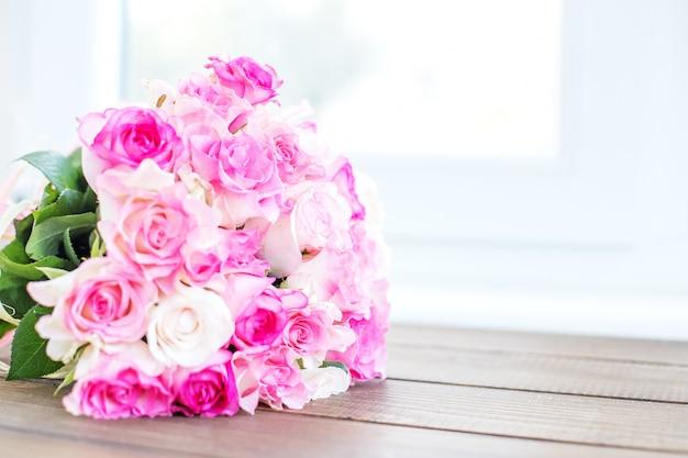Букет из розовых роз. место для надписи.