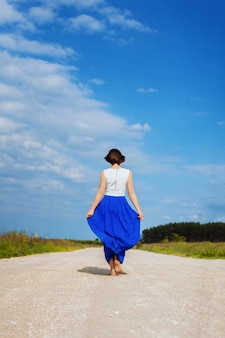 一人の女の子が道を歩いています。ライフスタイルのコンセプト、旅行。