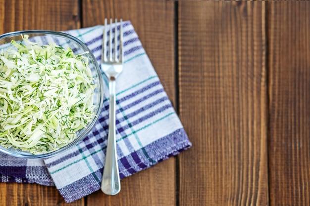 Салат из капусты и специй в стеклянную емкость. копировать пространство