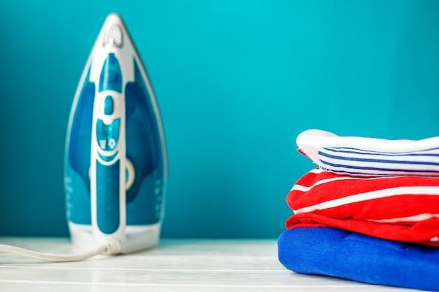 Чистая детская одежда и утюг