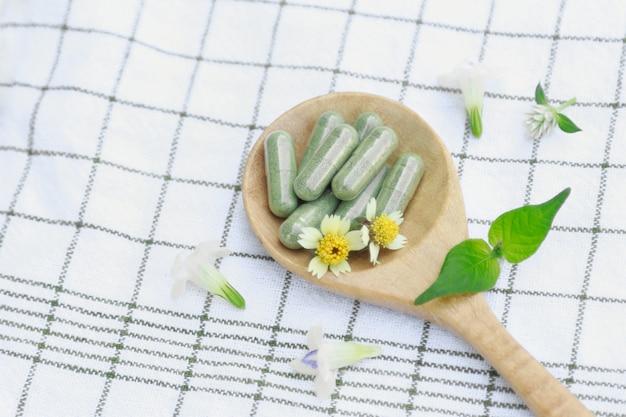 健康的な食事のための有機ハーブから薬カプセル
