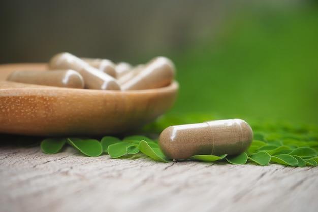 多くのハーブから健康的な食事のためのカプセルと漢方薬の粉末