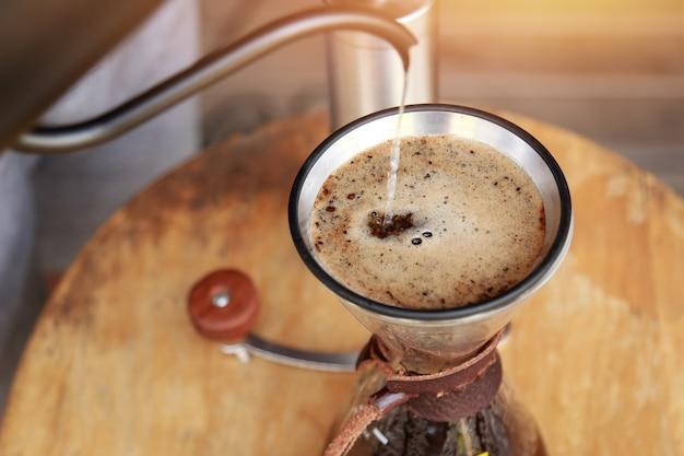 朝の健康的な飲酒のためにコーヒーを滴下