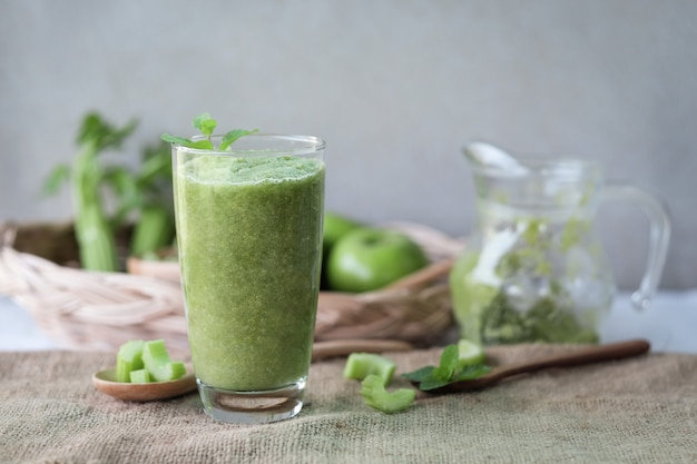 Сельдерейный сок в стакане для здорового питания с клетчаткой