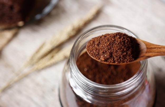 滴り落ちる飲み物を作るためのコーヒー粉