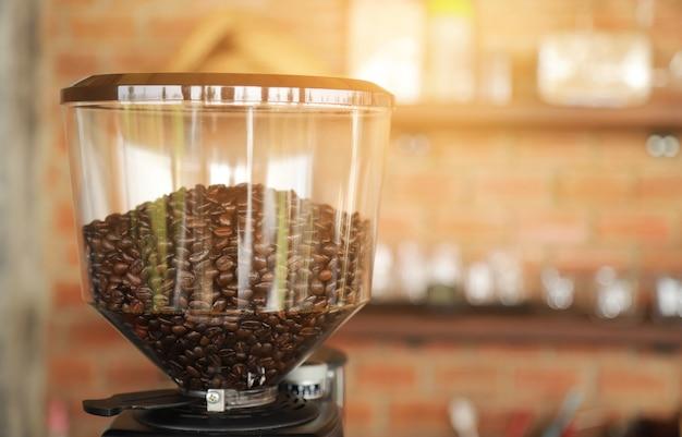 Кофейное зерно в кофемолке для приготовления напитка в домашних условиях
