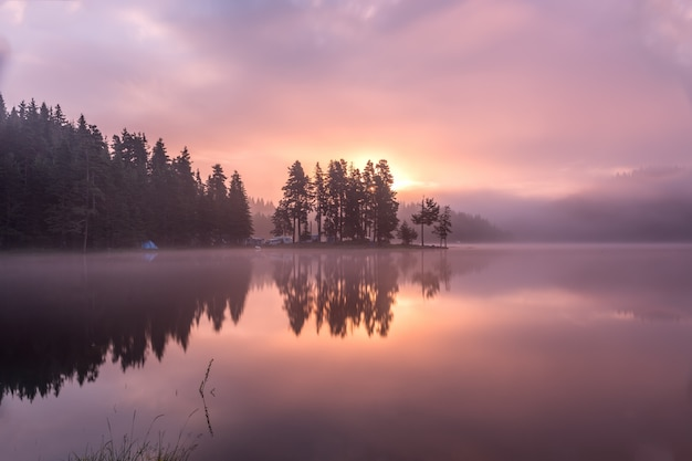 Впечатляюще красивое горное озеро широка поляна в горах родопы, болгария.