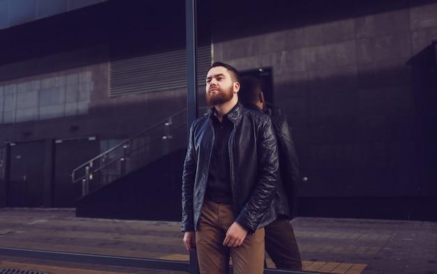 革のジャケットのファッション男性モデル。