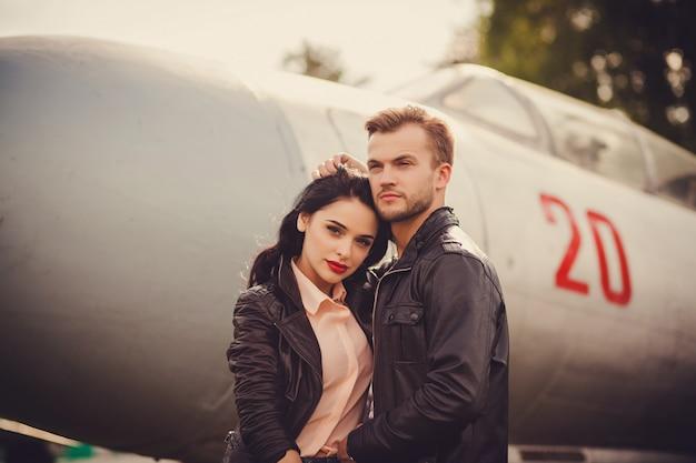 革のジャケットで美しいカップル