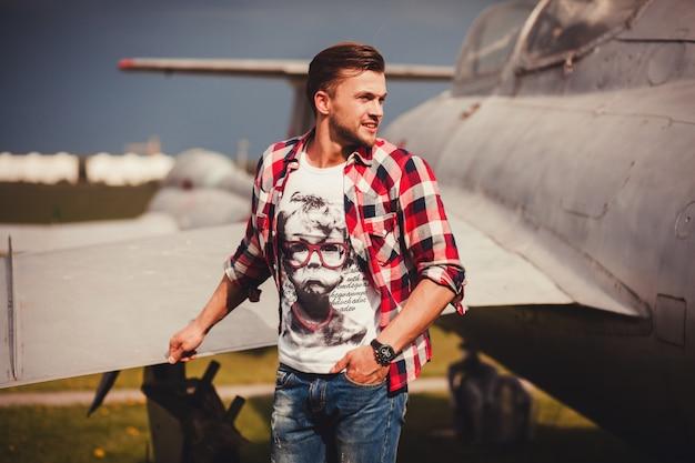 シャツとジーンズの屋外でスタイリッシュな男