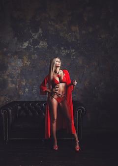 赤いランジェリーのセクシーな金髪のモデル