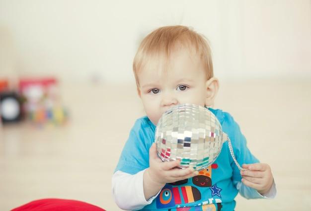 部屋でボールで遊ぶ面白い子供