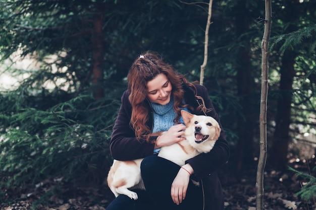 彼女の犬を持つ女性