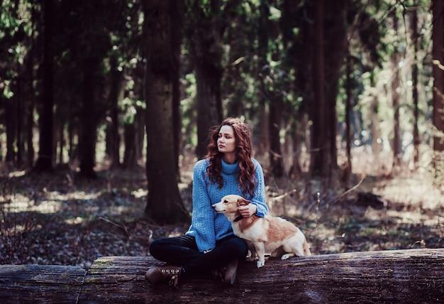 Девочка сидит с собакой