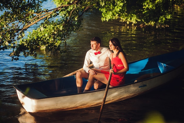 ボートに座って恋に若いカップル