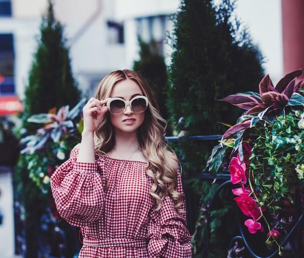 Крупным планом портрет моды удивительной молодой женщины