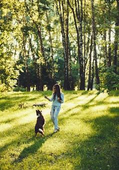 彼女の犬と遊ぶ女性