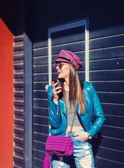 Джинсы стильной счастливой молодой женщины нося