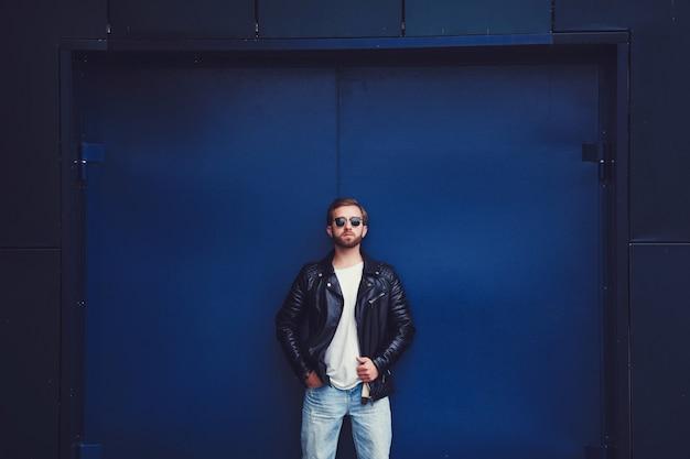 スタイリッシュなジャケットでハンサムなファッション男ヒップスター