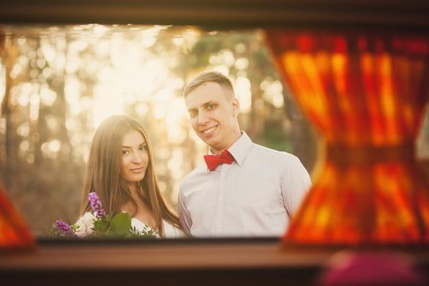 公園で肖像画の肯定的なカップル。