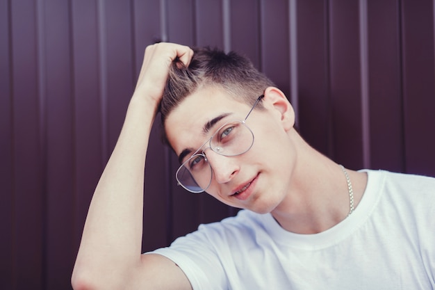 メガネでハンサムな若い男