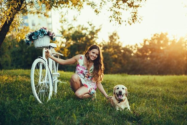 美しい女性と彼の犬